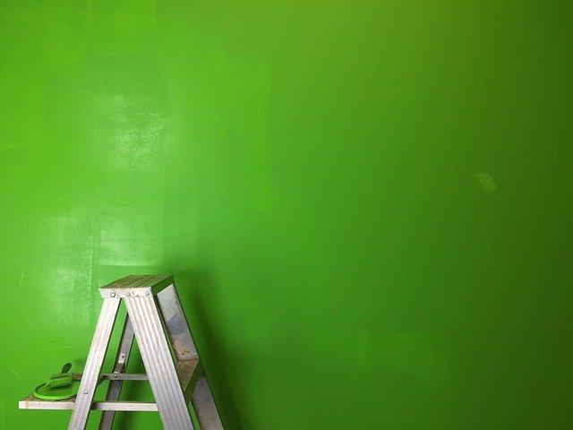 žebřík se zeleným pozadím