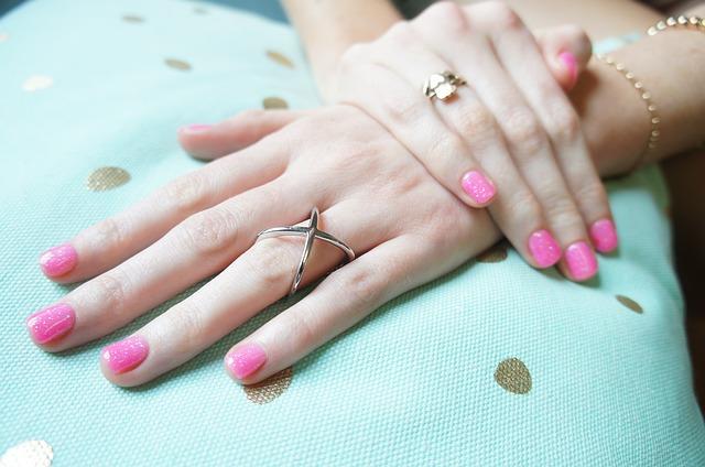 Manikúra inšpirovaná ružovým kremeňom