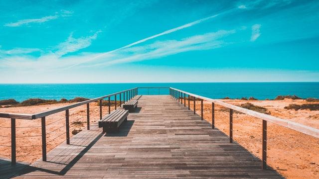 Drevené mólo na pláži pri mori.jpg