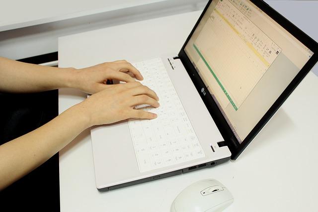 Človek, ktorý píše na notebooku.jpg